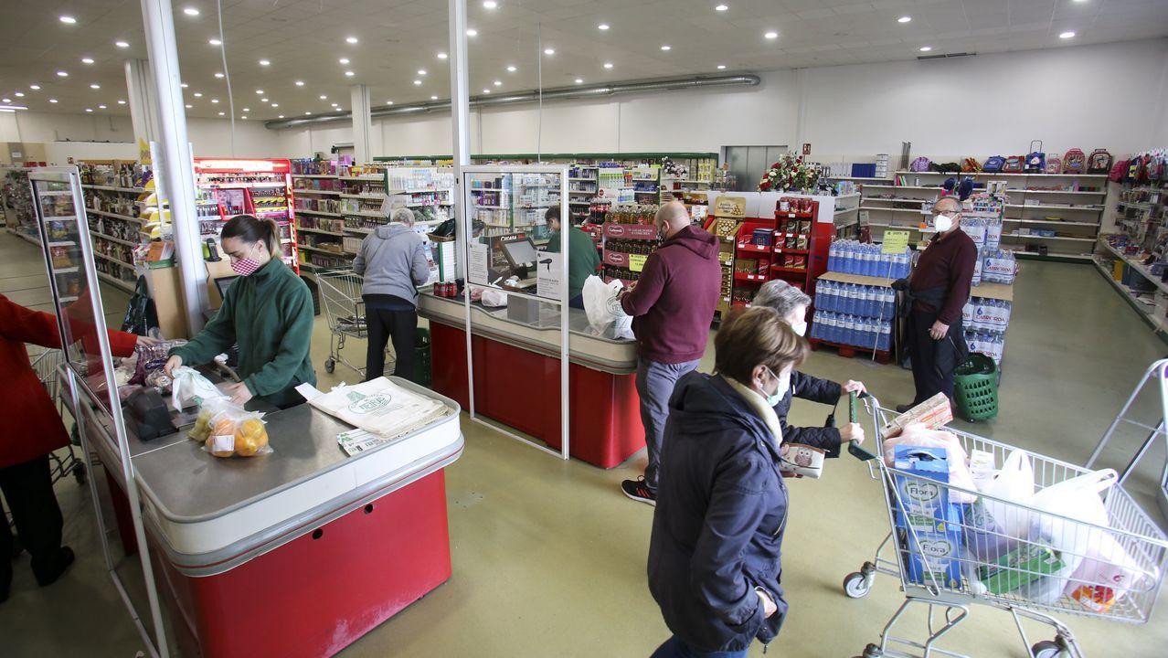 Clientes en el supermercado de la cooperativa de Meirás