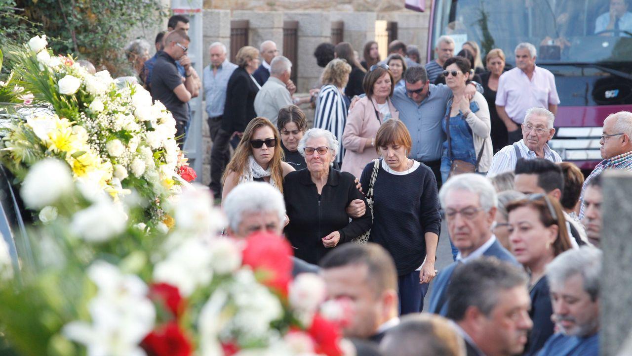 DOLOR La madre y abuela de las tres mujeres muertas, y otro de sus hijos (detrás, con gafas negras), ayer en el entierro