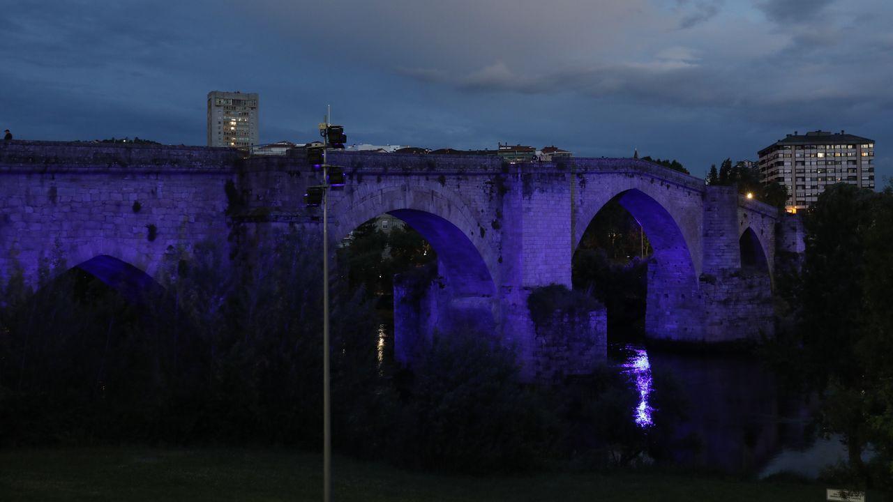 La Ponte Vella de Ourense fue uno de los monumentos que se iluminó de azul en el día de la enfermeria