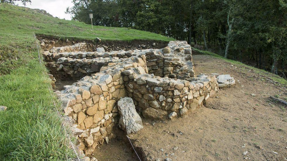 Restos de muros de viviendas del castro que fueron puestos a la luz en recientes excavaciones