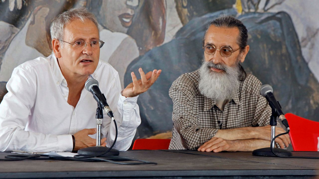 El director de contenidos de la Semana Negra de Gijón, Ángel de la Calle (i), acompañado del director del comité organizador del evento, José Luis Paraja, ha destacado la  centralidad del género policial  en la literatura en español, en el acto de clausura de la XXXI edición del festival por el que han pasado casi un millón de visitantes