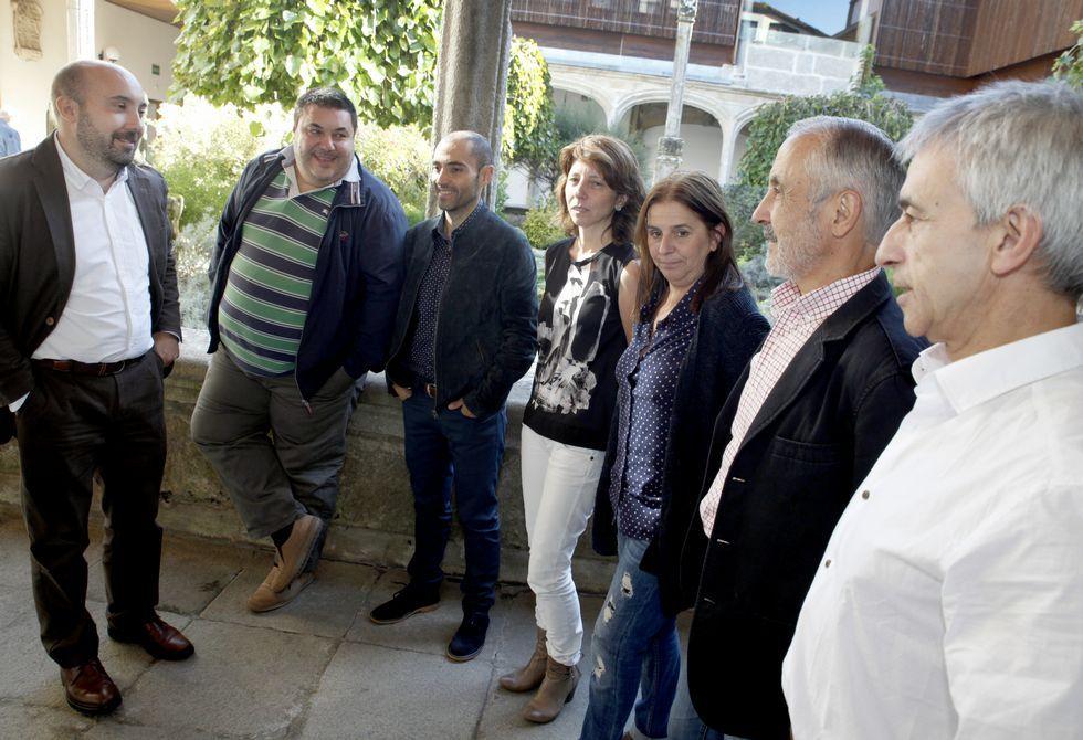 Representantes municipales y de las entidades implicadas se reunieron en el concello noiés.