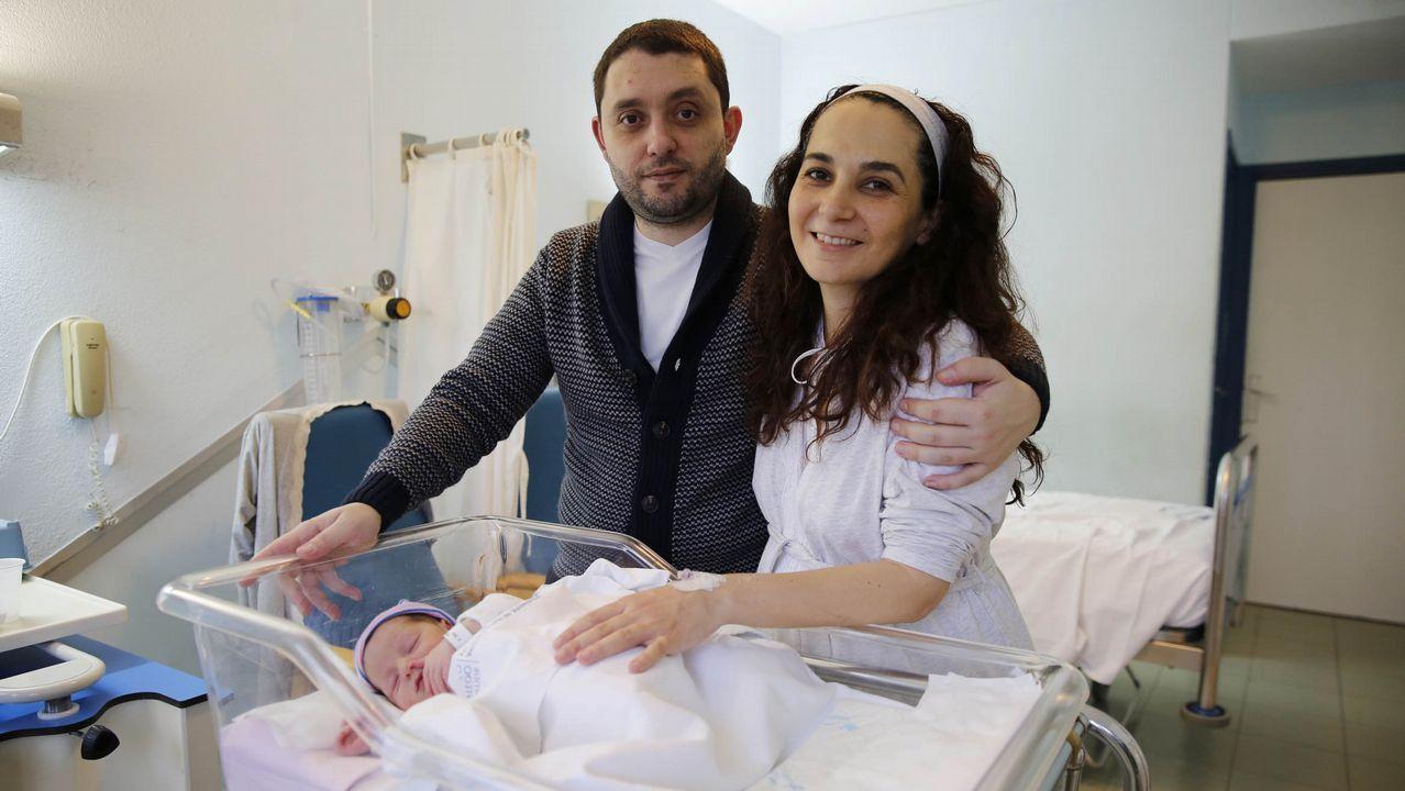 Helena André Vázquez (en la imagen con sus padres, José Antonio y Virginia) fue la última niña ourensana que nació en el 2017
