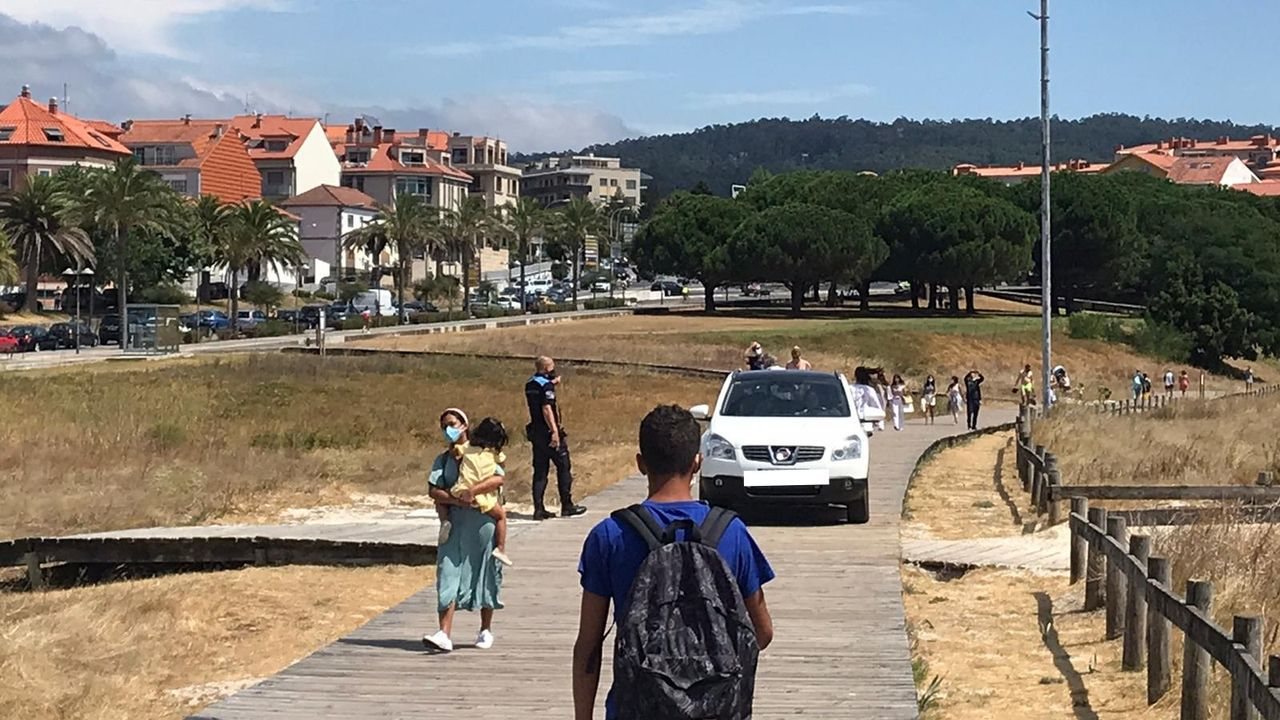 El turismo que cometió, por un despiste, la infracción, circulando por el paseo de Baltar, en Portonovo (Sanxenxo)