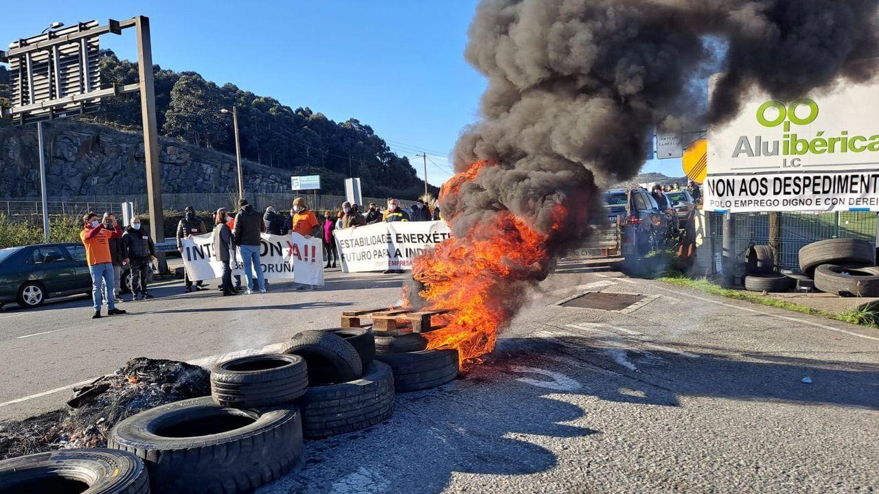 Los trabajadores en el acceso a las instalaciones de Alu Ibérica en A Coruña.33. Alu Ibérica: la batalla continúa