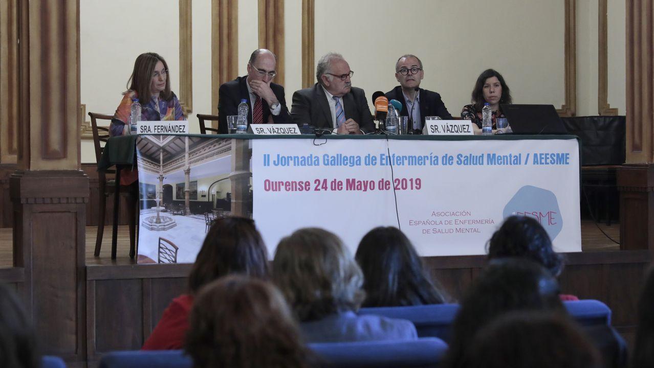 Preparando la entrada a la universidad.Imagen de la pasada selectividad en Santiago, con las profesoras contando los exámenes para repartirlos por el aula
