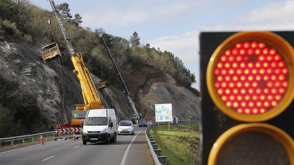 Sigue el corte de un carril de la N-120 en Ourense.En el sector de la pizarra trabajan 2.400 personas
