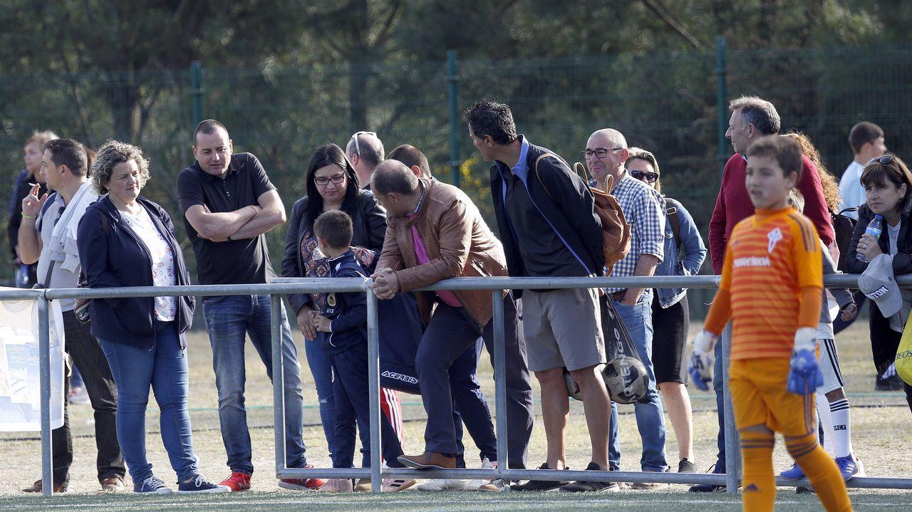 Álbum de fotos: Segunda jornada del Torneo Internacional de Rianxo.Folch y Bolaño disputan un balón en el Oviedo-Albacete