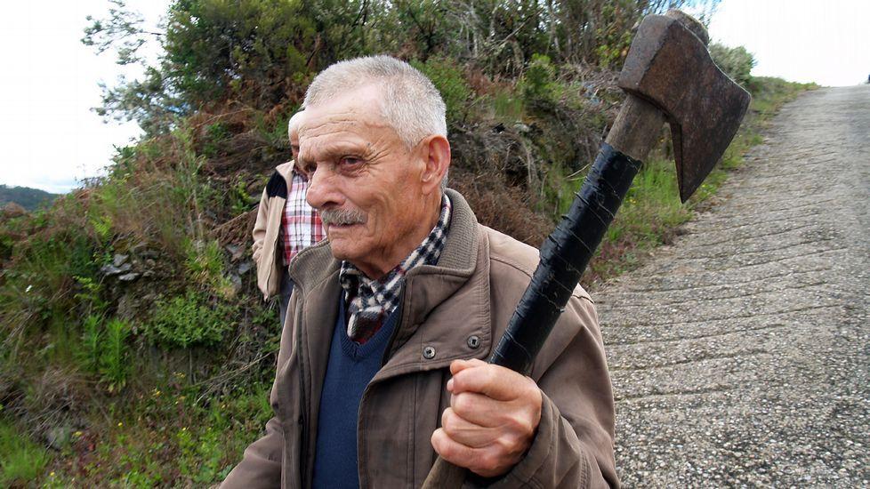 Un vecino muestra una de las hachas robadas en una bodega que los ladrones utilizaban para forzar las siguientes