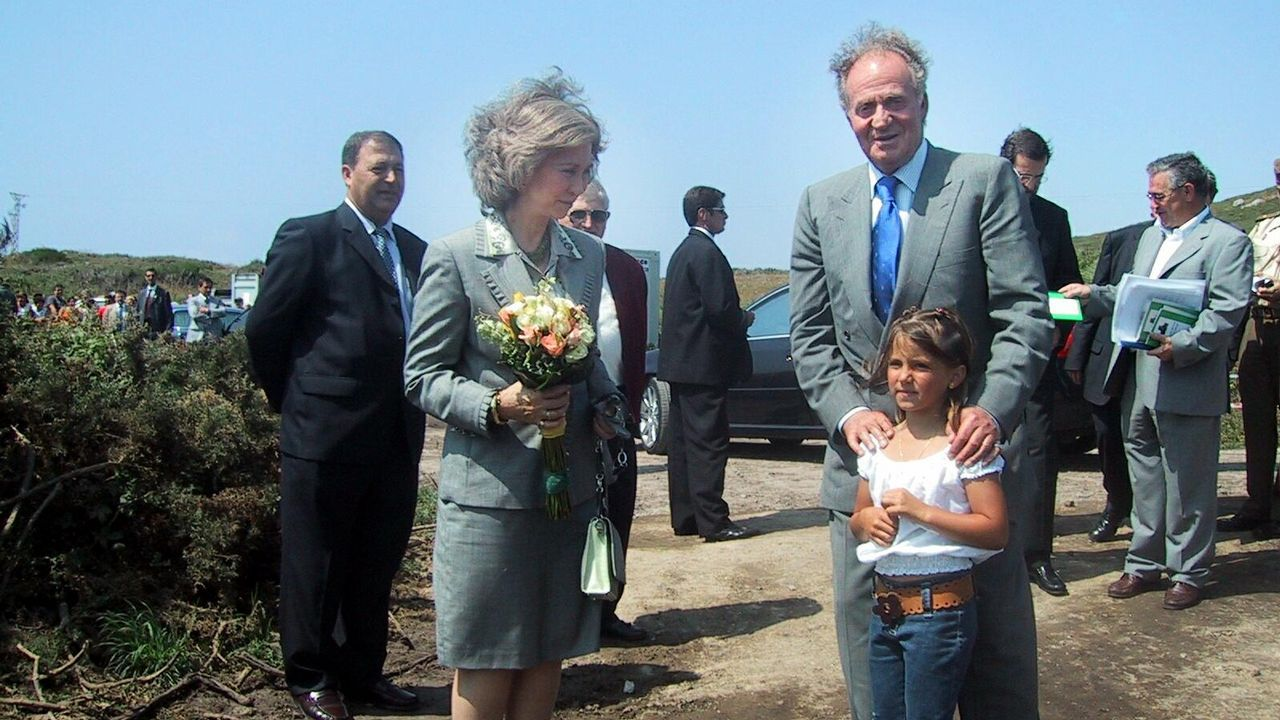 En Lira, con voluntarios de la zona, tras la catástrofe del Prestige en 2003