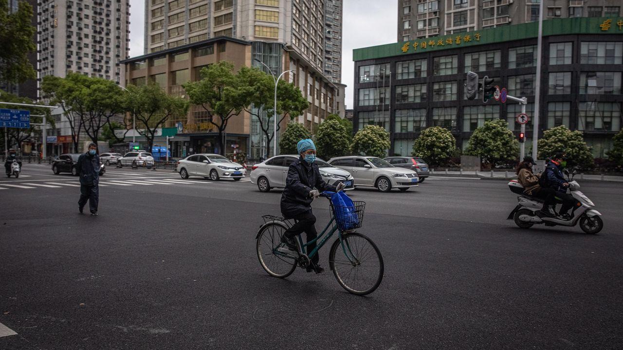 Vecinos de la ciudad circulan por las calles en un intento de regresar a la normalidad del día a día