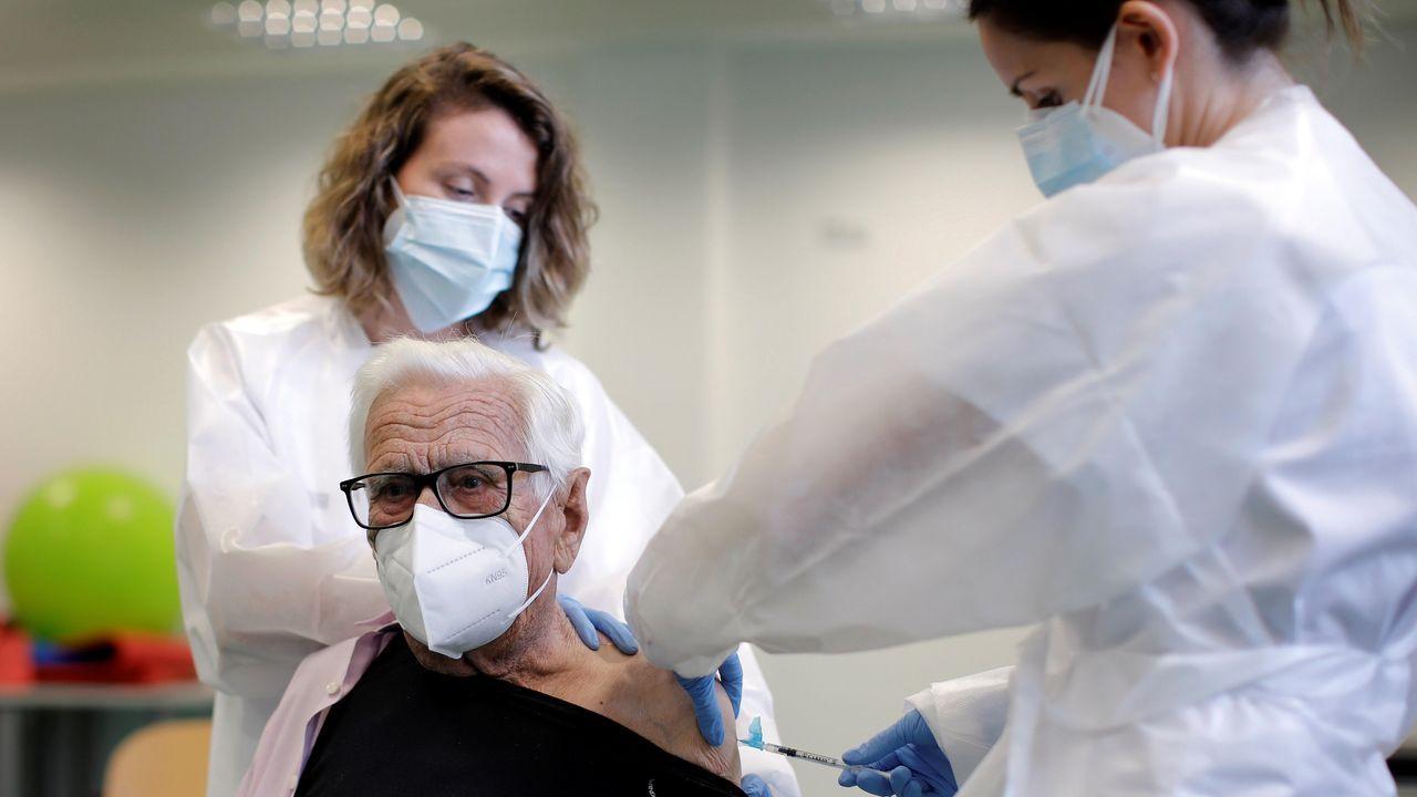 En Oviedo vacunan sin bajarse del coche