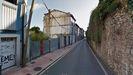 A la izquierda, parcelas de la calle Paraíso a la venta, junto a la antigua fábrica de gas de Oviedo