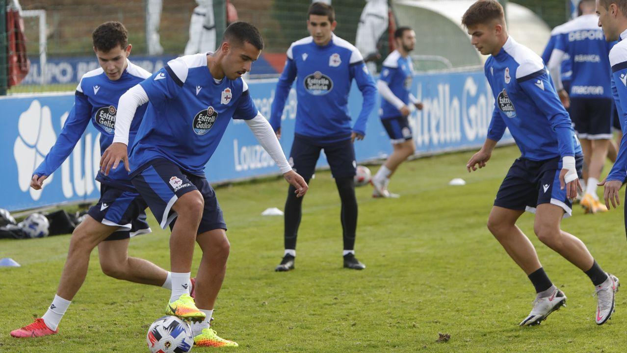 Adri Castro, en la imagen con el balón, en un entrenamiento del Deportivo