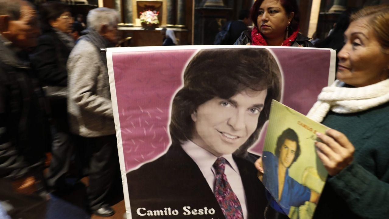Fans de Camilo Sesto homenajeando al artista
