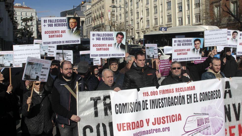 Los retornados llevan sus protestas a Bruselas.Víctimas del Alvia, manifestándose el pasado mes de febrero frente al Congreso de los Diputados