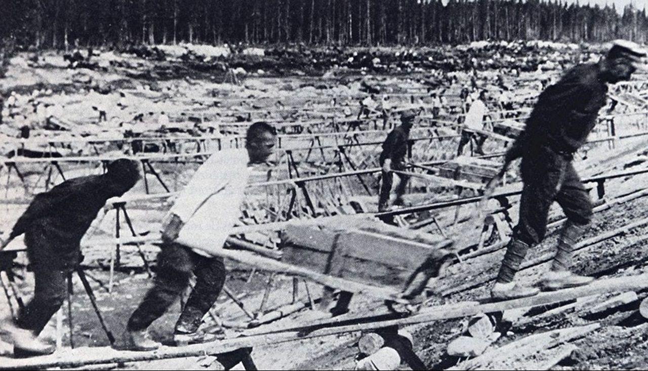 Así quedó el coche tras chocar en la Ronda da Muralla.Los prisioneros gallegos trabajaban como esclavos en los campos de concentración soviéticos
