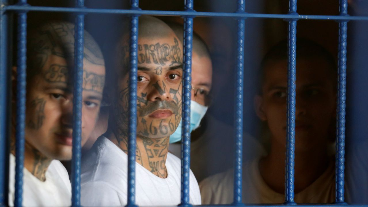 Las mascarillas se convierten en el nuevo complemento universal.Miembros de maras presos en la cárcel de Izalco