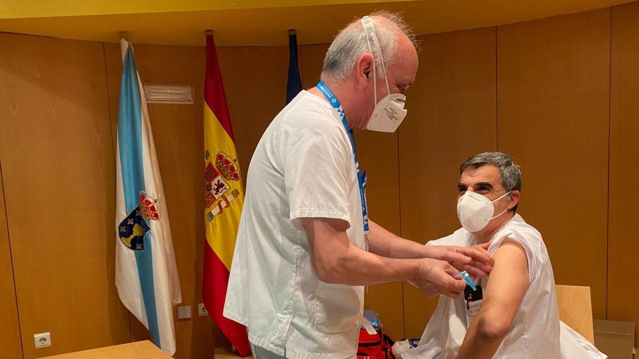 Un celador, este miércoles en el hospital Montecelo, en Pontevedra, recibiendo la primera dosis de la vacuna de Pfizer