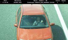 CAPTADA POR LA CÁMARA. La imagen es de una conductora que fue grabada por una de las cámaras que la DGT tiene instaladas en Galicia. La mujer va usando el móvil mientras conduce por la A-55