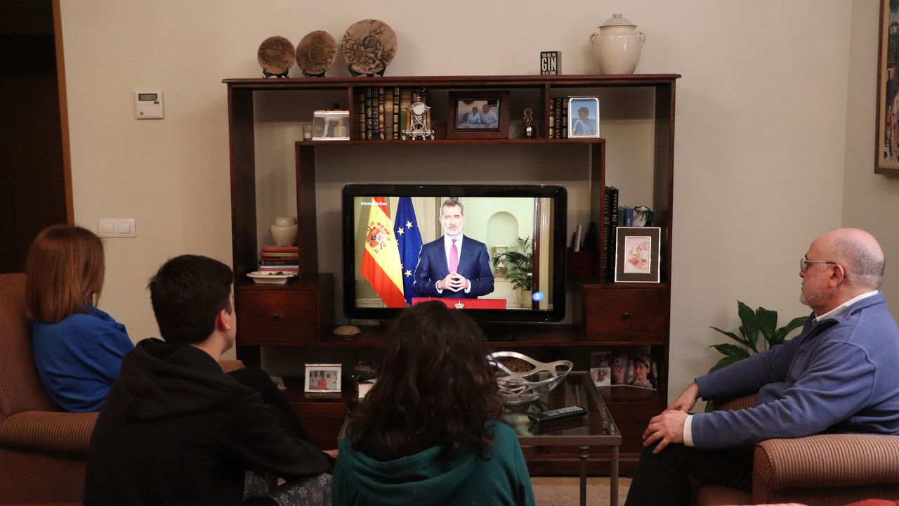 Dos personas, en la plaza Maior de Lugo, respetando el llamado distanciamiento social