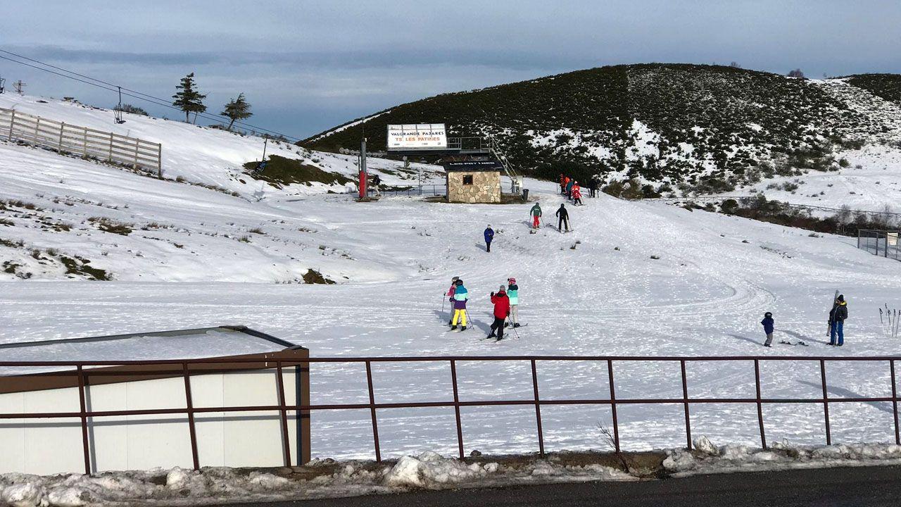 Nieve en Asturias en el mes de junio.Esquiadores en la estación de Pajares