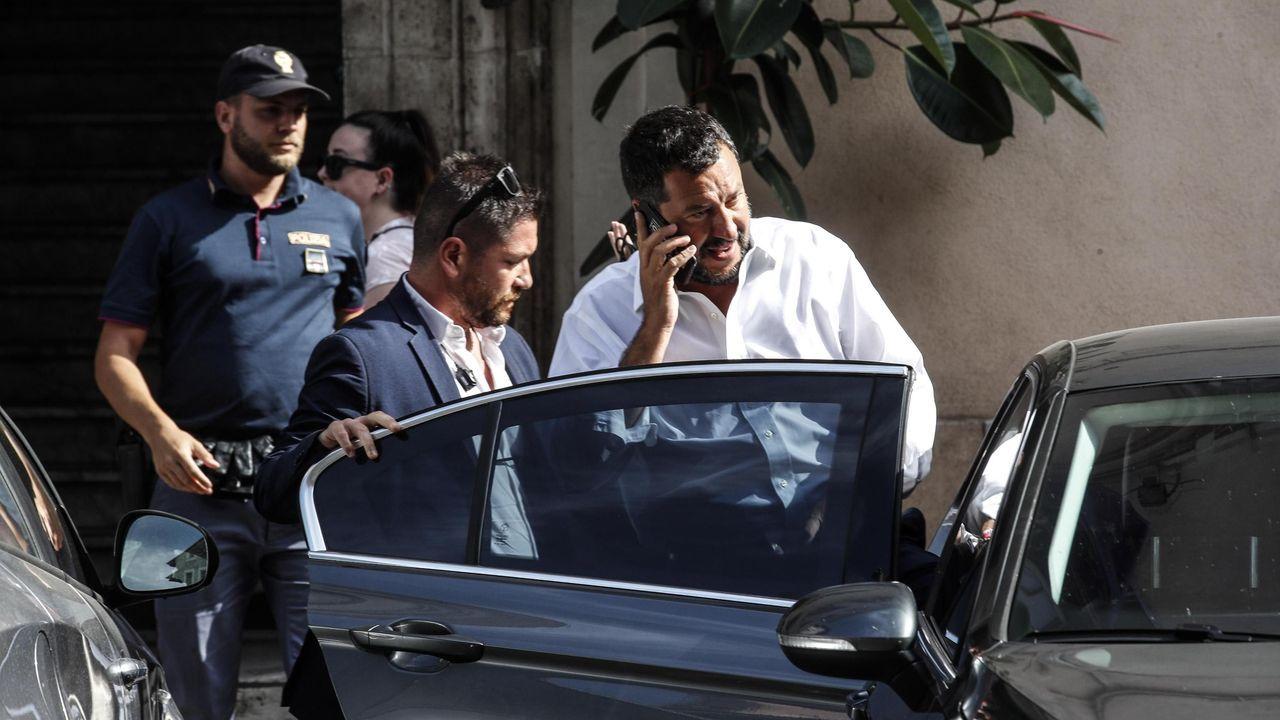 Salvini da por rota la coalición con el Movimiento 5 Estrellas y pide elecciones.El actor Richard Gere (segundo por la izquierda) estuvo este viernes a bordo del Open Arms colaborando en el reparto de alimentos