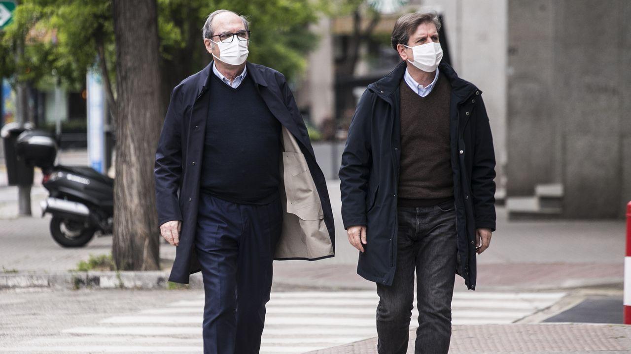 Ángel Gabilondo, este lunes, junto a su responsable de comunicación