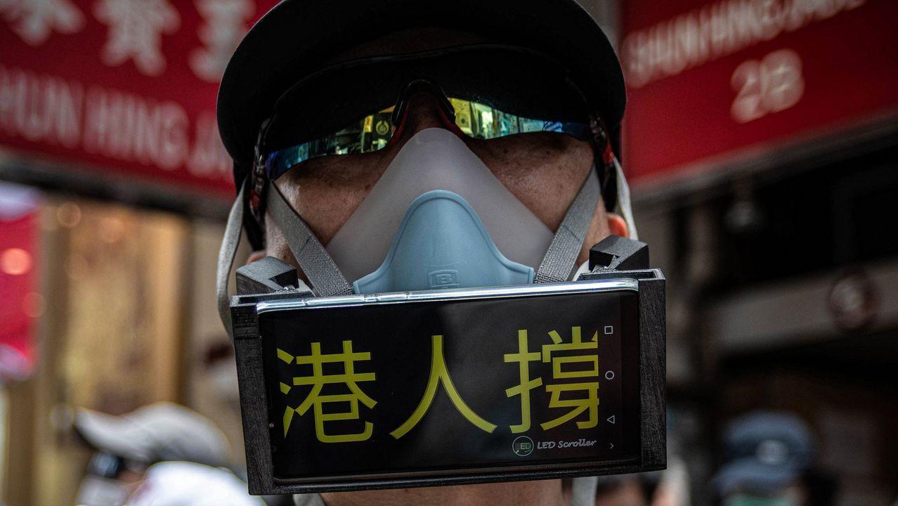 Así celebra IKEA el Día de Asturias.Un manifestante, cubierto por una mascarilla y utilizando su móvil a modo de pancarta, en las protestas contra la ley de seguridad nacional en Hong Kong