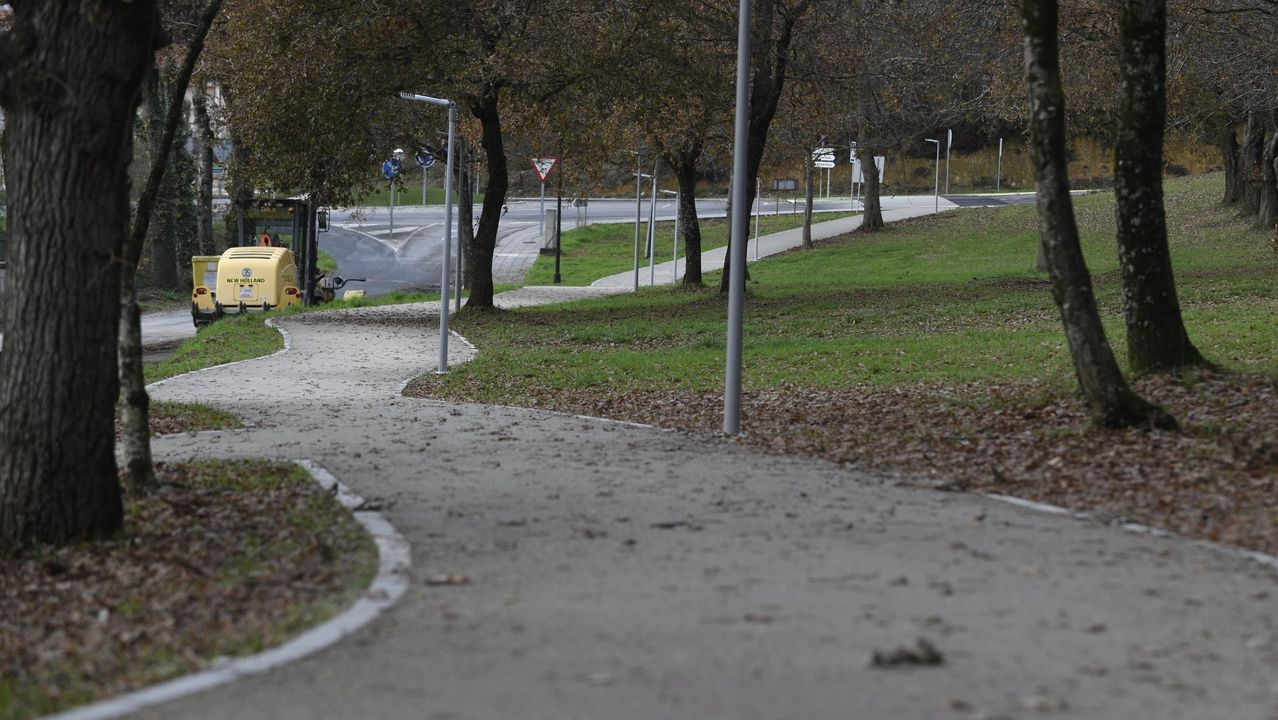 Tecendo Brincadeiras pinta las calles de juegos para los niños.La Ronda tiene un carril peatonal, aunque el tramo de A Mosqueira será peatonalizado para finales de año