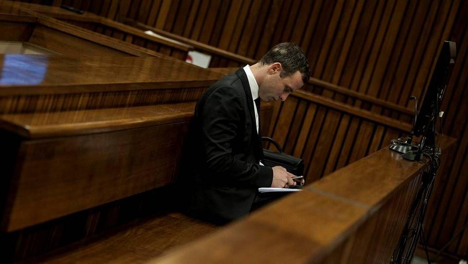 El atleta Oscar Pistorius se sienta en el banquillo de los acusados.