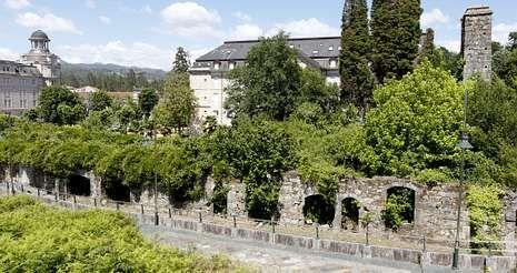 Los jardines que rodean el viejo hotel albergan ruinas de parte de las instalaciones que tuvo en su día el balneario.