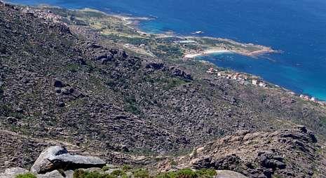 Vista de O Pindo desde el alto de la Cova Xoana.