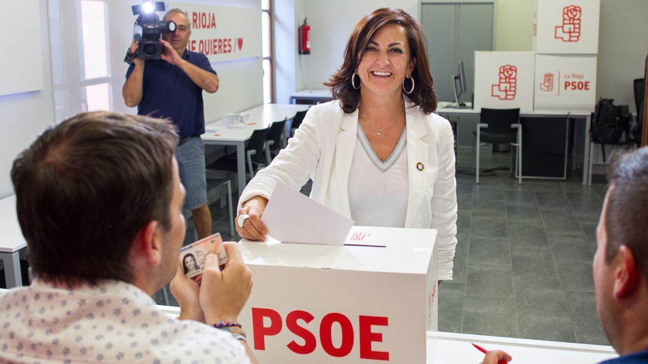 La candidata al gobierno riojano del PSOE, Concha Andreu, durante la votación