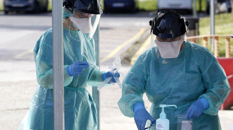 Feijoo comparece tras el comité clínico de expertos sanitarios.Recogida de muestras de pruebas PCR en el exterior del hospital comarcal