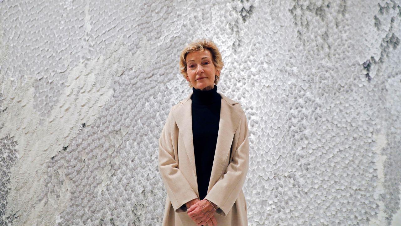 Soledad Sevilla -que se alzó con el premio Velázquez de artes plásticas- posa con una de sus obras