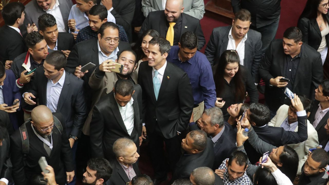 Así fue el momento en el que un tanque atropella a civiles en Venezuela.Guaido tuvo un encuentro con jóvenes líderes en el Palacio Federal Legislativo