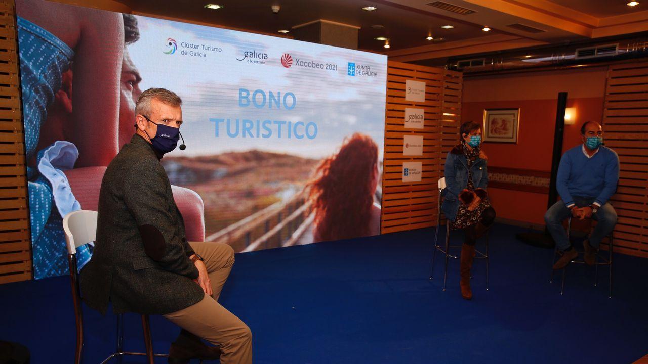 El vicepresidente de la Xunta, Alfonso Rueda (a la izquierda), anunció este sábado en el hotel Virgen del Camino de Pontevedra la ampliación del bono turístico