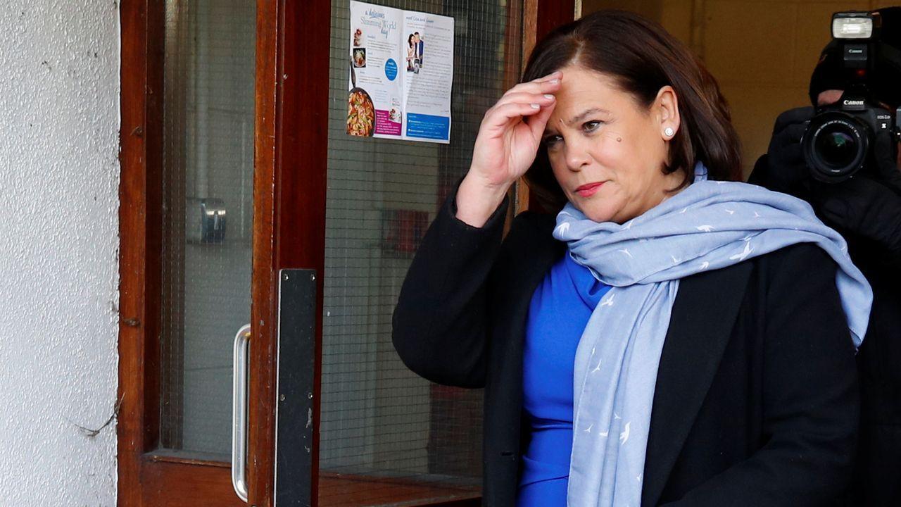 La líder del Sinn Féin, Mary Lou McDonald, tras depositar su voto este sábado en Dublín