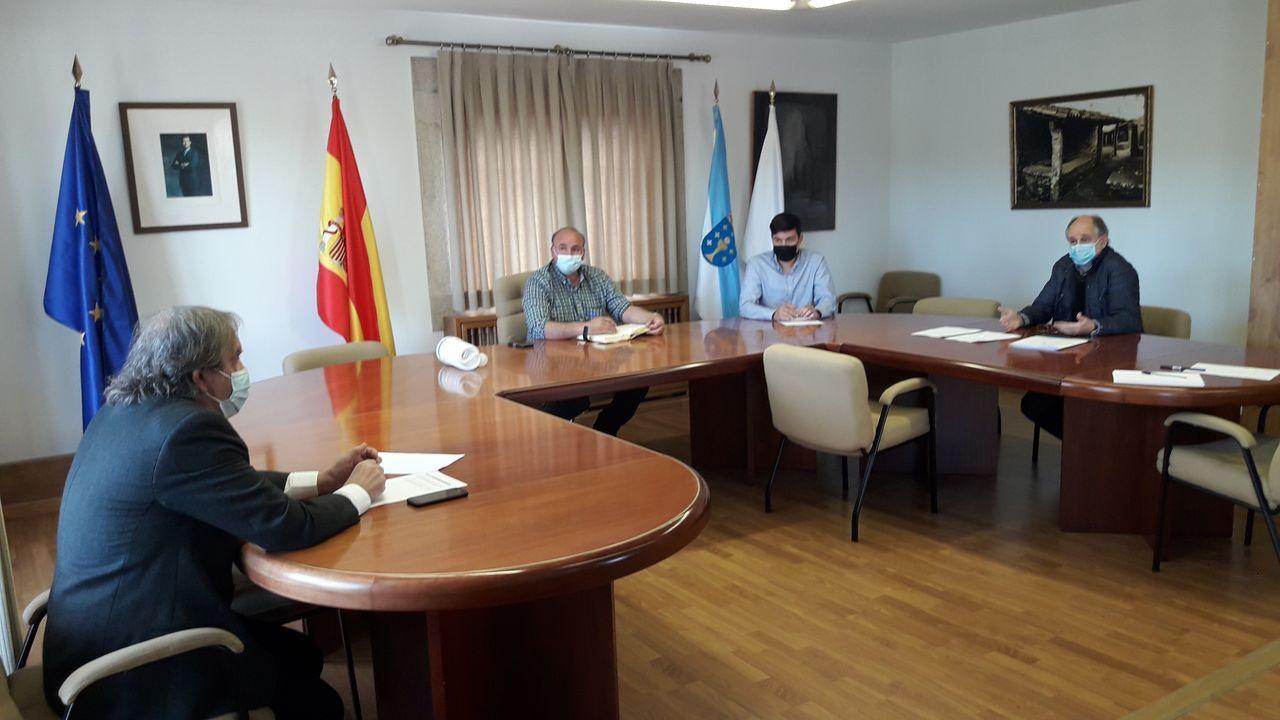 El alcalde de Agolada, sentado, en el juzgado