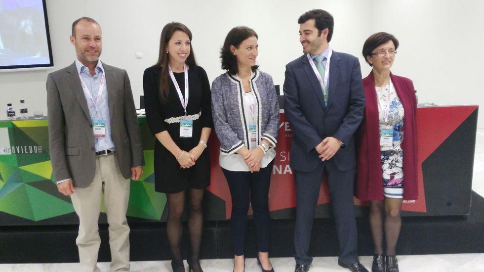 La oftalmóloga Cristina Peris (c) junto a sus compañeros de ponencia