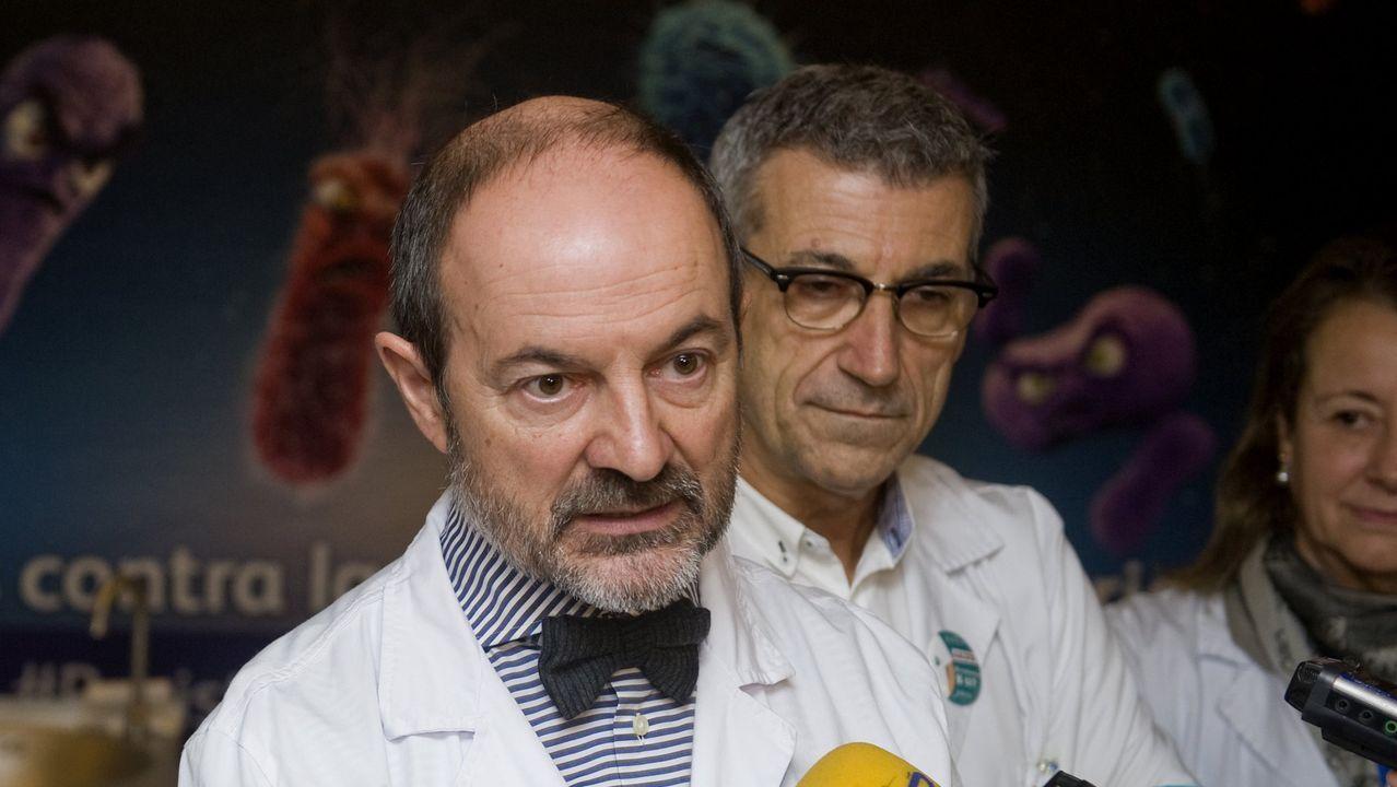 La pandemia en el mundo, en imágenes.Anders Tegnell, el epidemiólogo estatal de la Agencia de Salud Pública de Suecia revisa su teléfono móvil durante una conferencia de prensa sobre la actualización diaria sobre la enfermedad por coronavirus