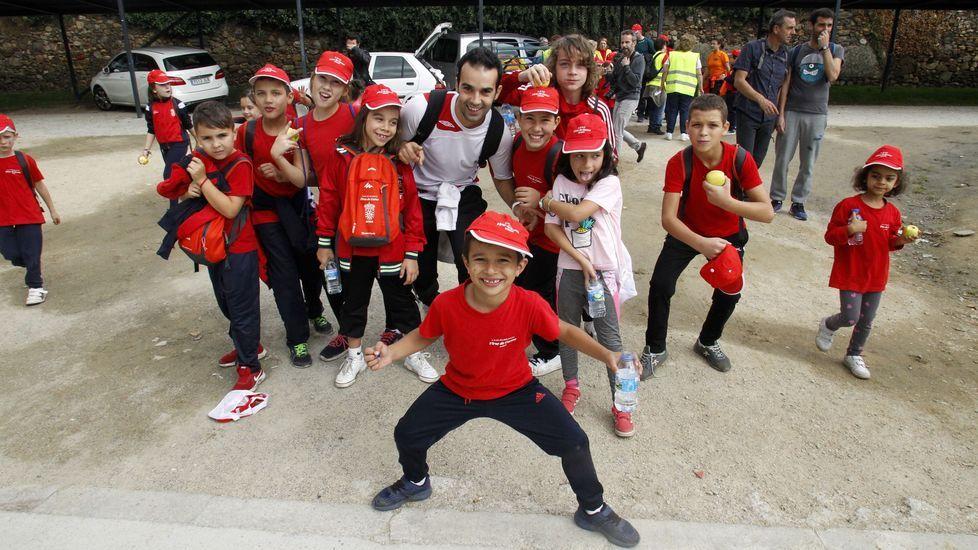Un grupo de escolares del colegio de Sober, al final del recorrido de este miércoles por el Camino de Invierno