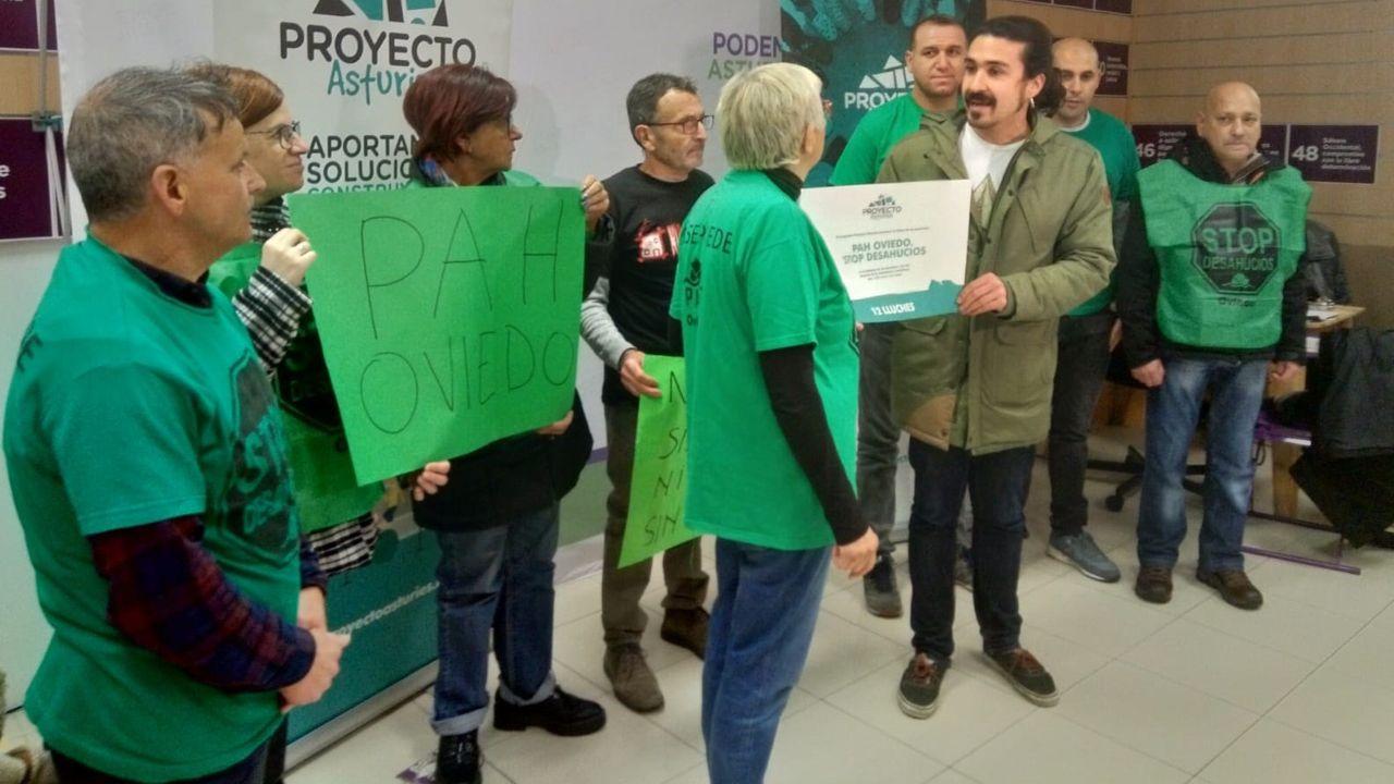 Cacerolada de hipotecados en los juzgados contra el Tribunal Supremo.El diputado de Podemos Andrés Fernández Vilanova con la Plataforma de Afectados por la Hipoteca de Oviedo