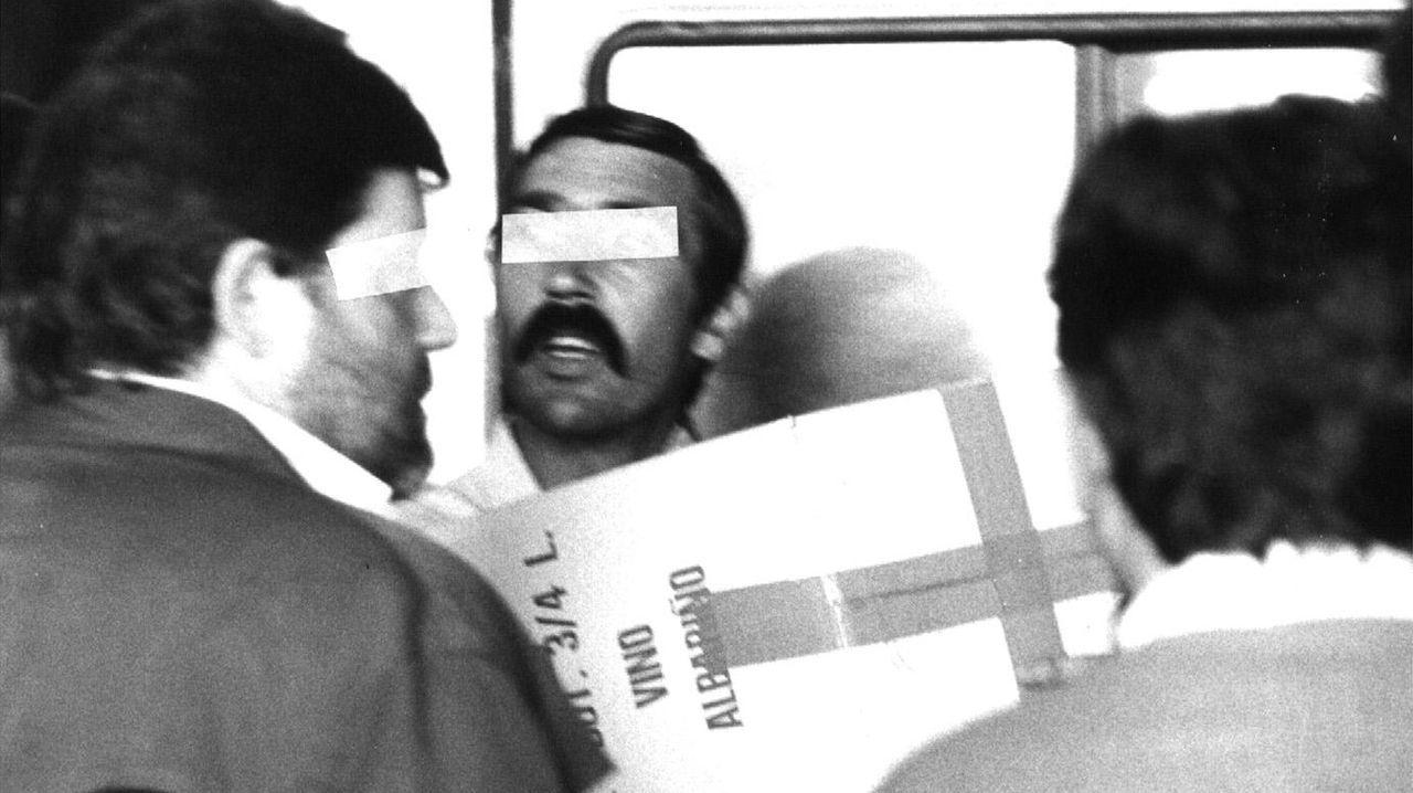 Descarga de cajas de albariño con documentación incautada a Laureano Oubiña en el pazo Baión