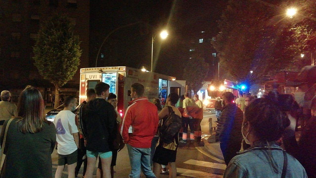 Maleza en las calles de la capital.Vecinos desalojados del bloque La Estrella, en Gijón, por un incendio