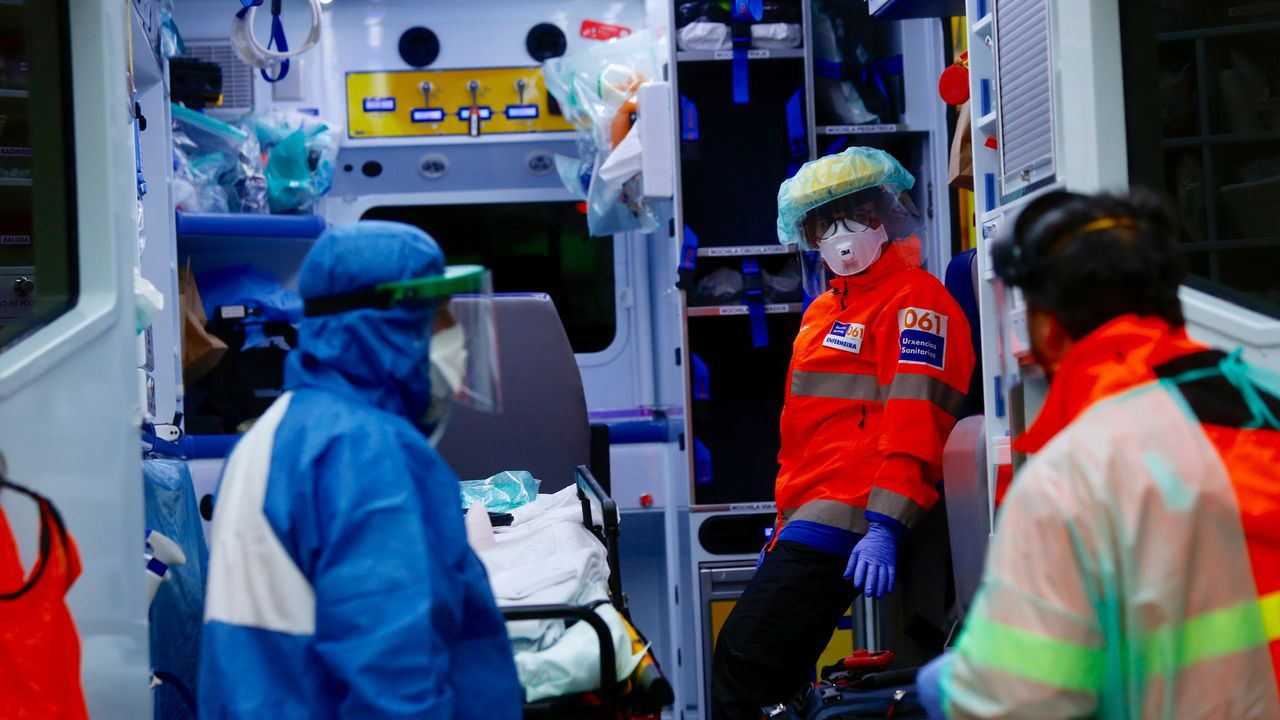 Personal de la ambulancia del 061 de soporte vital avanzado, en la ciudad de Pontevedra