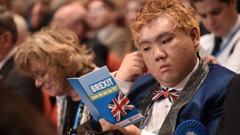 Pepe Solla y Rajoy, juntos en Bruselas.Un asistente al congreso del Partido Conserador lee un folleto sobre el «brexit».