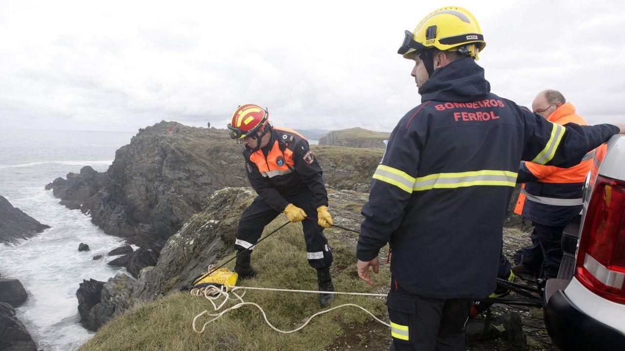 Los bomberos de Ferrol también participaron en el operativo de rastreo de la costa en busca de los dos desaparecidos en Meirás