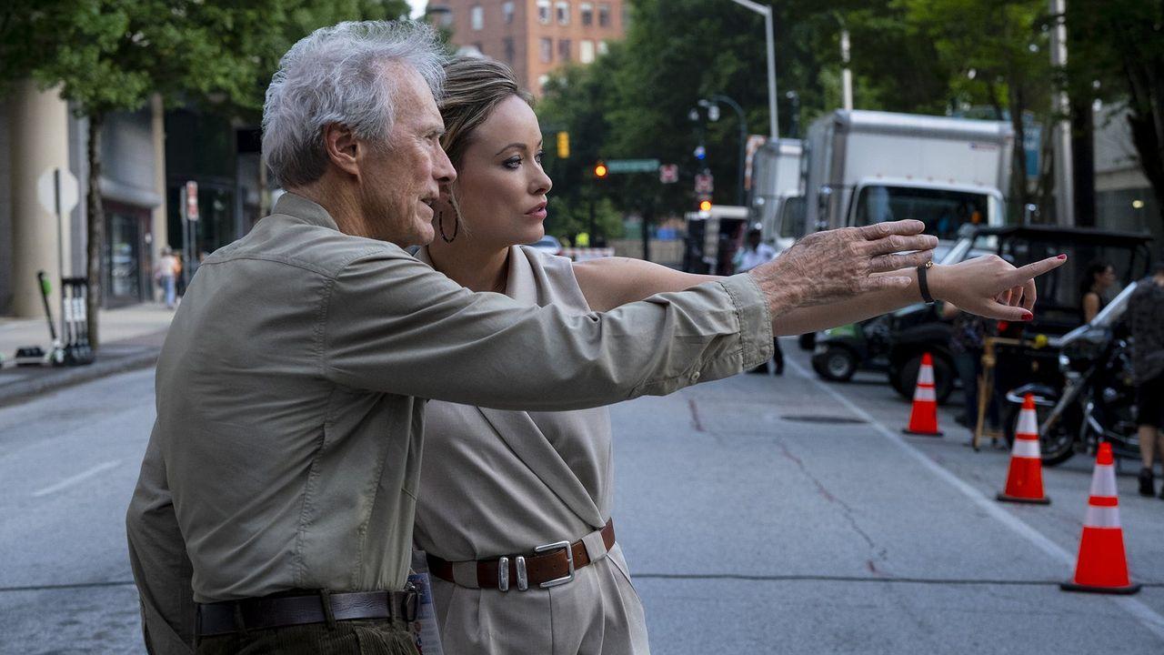 Bandera de Asturias.Clint Eastwood da unas indicaciones durante el rodaje a la actriz Olivia Wilde, que encarna a la periodista Kathy Scruggs en el filme «Richard Jewell»